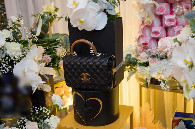 Nhìn thấy tráp túi Chanel, tôi quá bất ngờ và cực kỳ vui sướng. Chồng đã tặng tôi một tráp lễ không giống ai, mà lại đúng gu của tôi, thích lạ, khác người, Lan Phương bật mí. Chiếc túi được chú rể Hoàng Phú chọn lựa từ bộ sưu tập mới nhất của thương hiệu thời trang Chanel, có giá niêm yết 4.400 USD (tương đương 101,5 triệu đồng).