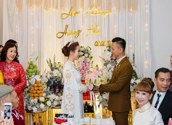 Cùng ngày, Hoàng Phú - Lan Phương tổ chức đám cưới ở Huế với sự chứng kiến, chúc phúc từ gia đình, bạn bè, đối tác, đồng nghiệp.