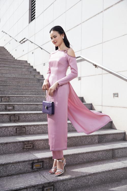Áo dài tím hồng thiết kế trên chất liệu lụa mềm mại được cách tân ấn tượng ở phần cầu vai. Nhà thiết kế không ngại áp dụng đường cut sắc nét để làm mới trang phục truyền thống.