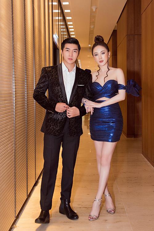 Trong khi bạn trai bận rộn bàn công việc, Kelly tíu tít bên MC Nam Hee.