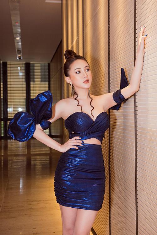 Hai chiếc nơ vải cỡ lớn cùng chất liệu với váy được thắt ở bắp tay càng khiến người đẹp thêm nổi bật.
