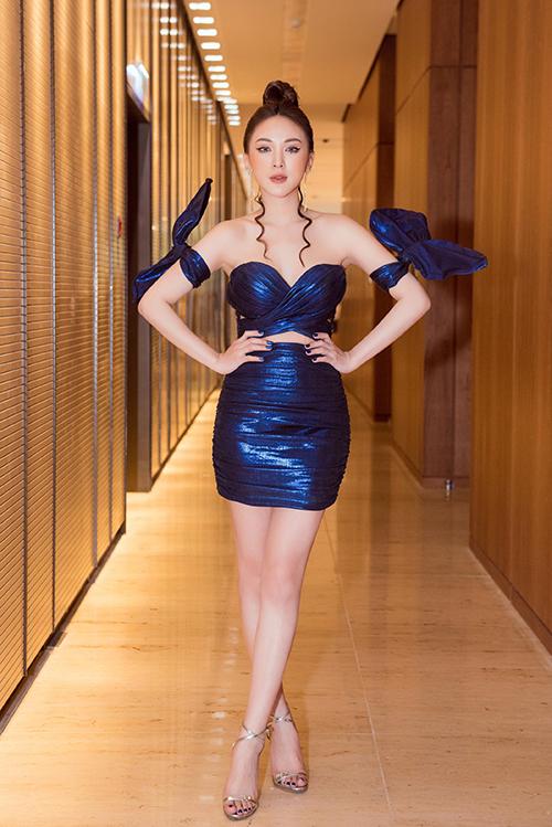 Cô thut hút sự chú ý tại sự kiện khi chưng diện màu nổi. Chiếc váy cúp ngực bó sát, cut-out táo bạo giúp hot girl khoe được đường cong gợi cảm và làn da trắng mịn màng.