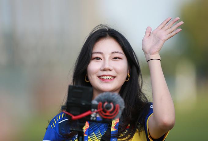 Nữ phóng viên Hàn gây náo loạn buổi tập của U23