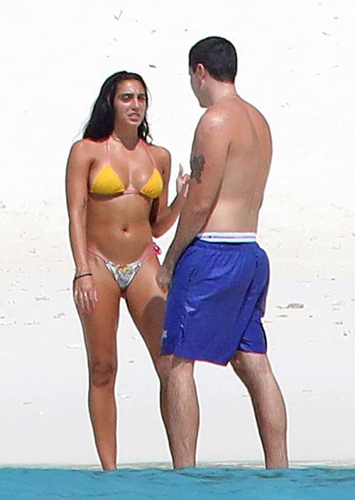 Cô được trông thấy đi dạo trên bãi biển với một người bạn nam hôm 4/1.
