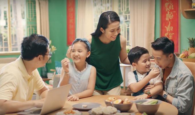 Thưởng thức mâm cơmngày Tết là khoảng thời gian để gia đình chuyện trò.