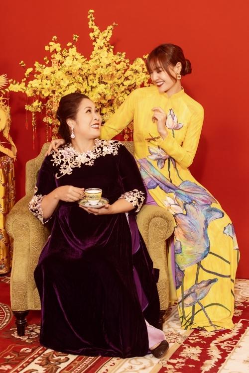 NSND Hồng Vân vào vai Mụ Nội và dành nhiều tình cảm cho bạn gái của cháu trai.