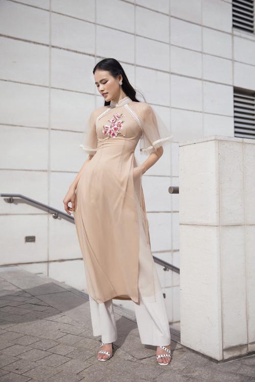 Bộ ảnh được thực hiện với sự hỗ trợ của nhiếp ảnh Lê Thiện Viễn, người mẫu Tuyết Lan, trang điểm Quốc Anh.