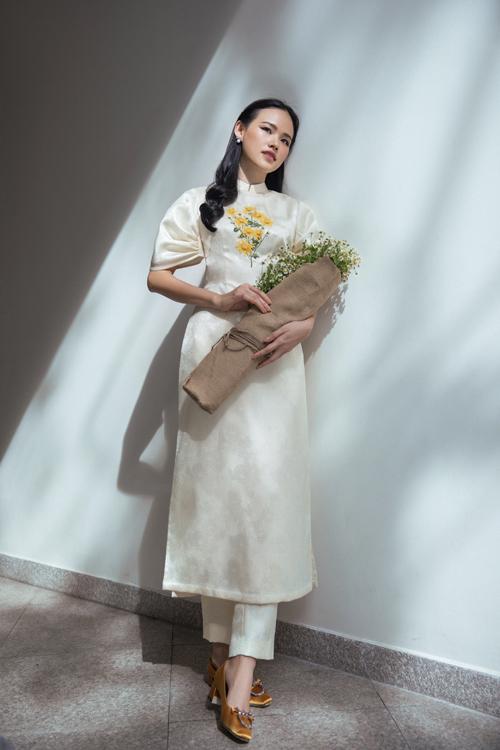 Kết hợp cùng các mẫu áo dài cách tân là dáng quần tây ống đứng. Chi tiết này mang tới nét năng động và trẻ trung cho phái đẹp hiện đại.