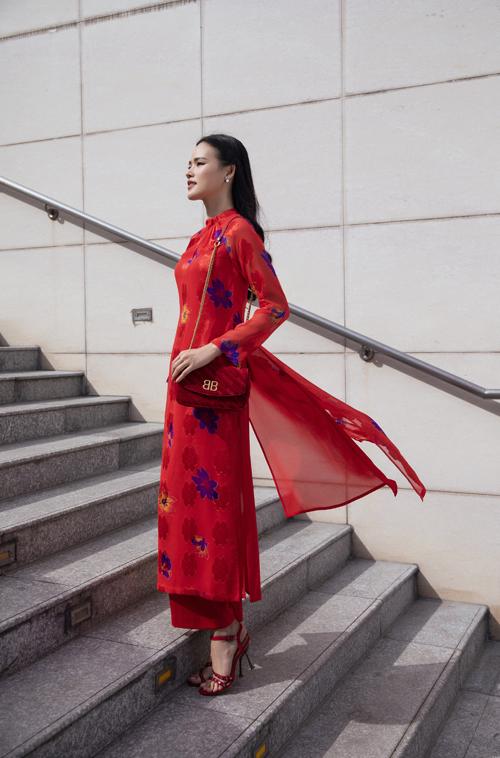 Đáp ứng nhu cầu của khách hàng trong việc tìm một mẫu áo dài có thể sử dụng hàng ngày và hài hòa với tiết trời nắng ấm. Nhà thiết kế Lê Thanh Hòa mang đến bộ sưu tập cho mùa xuân 2020.