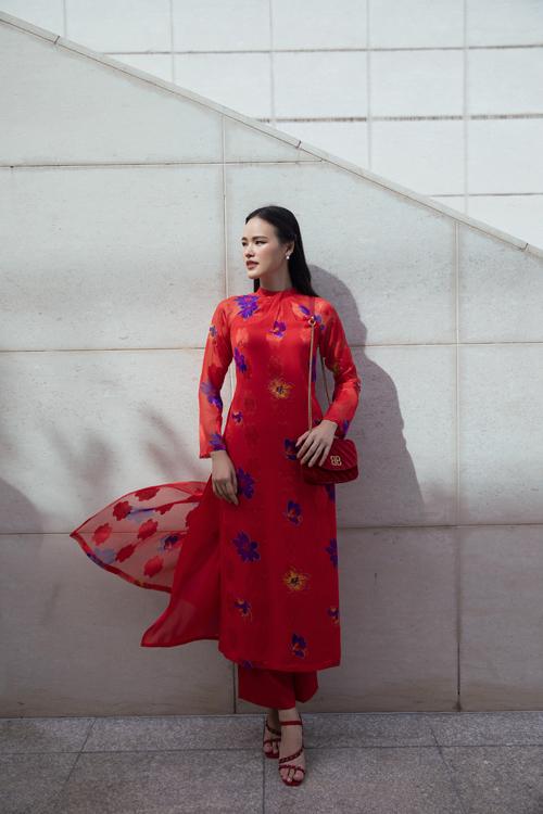 Áo dài đỏ tươi trên chất liệu vải chiffon in hoa. Chất liệu nhẹ nhàng, tạo cảm giác bay bổng và dễ mix đồ khi đi dạo phố, tham gia tiệc tất niên cùng bạn bè.