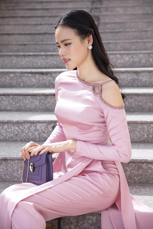 Từ dáng áo dài cổ tròn, áo dài cổ thuền quyen thuộc, Lê Thanh Hòa mang tới mẫu áo cách tân với chi tiết cổ và cầu vai độc đáo.