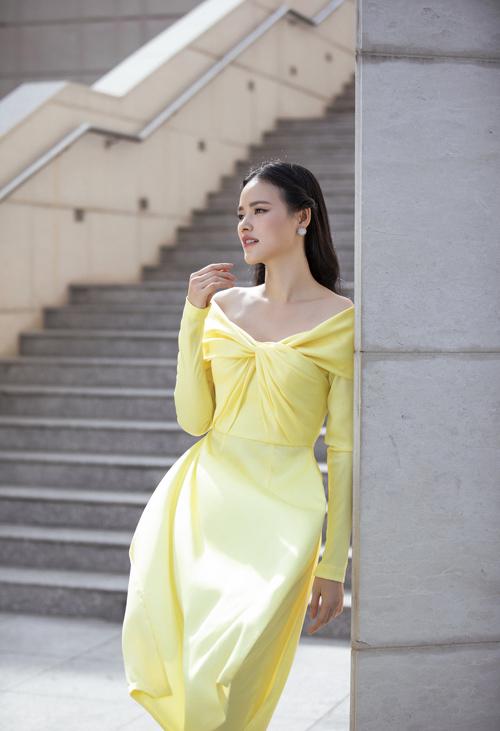 Áo dài cách tân trên chất liệu lụa satin vừa nịnh dáng vừa tôn làn da trắng sáng của người mặc.
