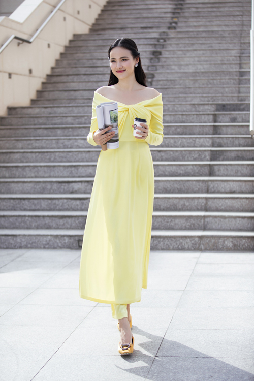 Cách phối hợp giữa phom dáng cơ bản của tà áo truyền thống và váy dạ hội phương Tây đã cho ra đời kiểu áo dài có phần trễ vai.