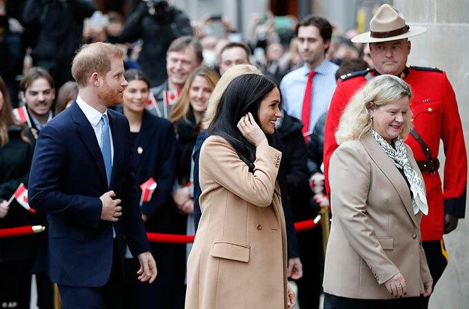 Cao uỷ Canada, bà Janice Charette, ra tận cửa đón tiếp cặp vợ chồng hoàng gia.