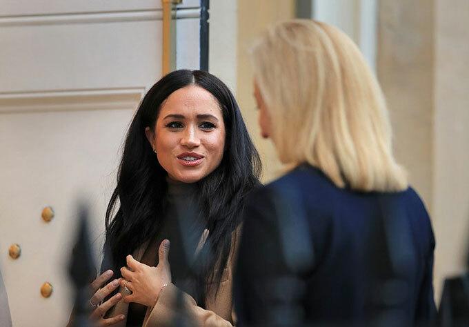 Meghan bày tỏ sự cảm kích của vợ chồng cô với với phó cao uỷ Sarah Fountain Smith. Sau cuộc gặp này, Harry và Meghan tiếp tục di chuyểnđến thăm Phòng trưng bày Canada và xem một triển lãm đặc biệt của nghệ sĩ người Canada, Skawennati.