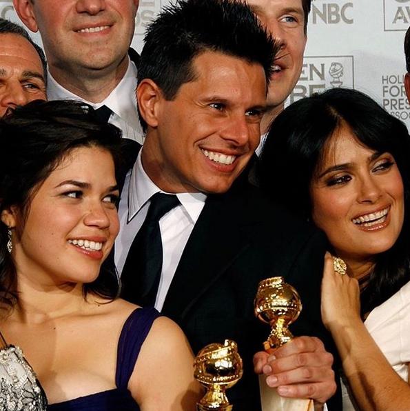 America Ferrer (trái) tri ân Silvio Horta (đứng giữa) với bức ảnh tại Quả cầu vàng 2007.
