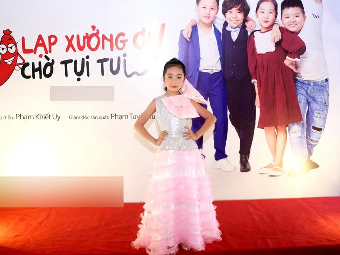 Diễn viên nhí Cherry điệu đà với trang phục dạ hội.