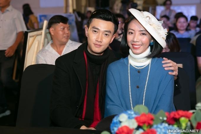 Hai người chào khán giả bằng thân phận của bác sĩ Trường và họa sĩ Trang - vai diễn của họ trong phim. Trên sân khấu, họ thể hiện tình huống Trang đi theo một oan hồn và chồng cô kinh ngạc khi chứng kiến cảnh tượng này.