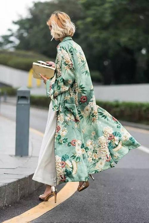 Áo choàng mỏng được thiết kế trên chất liệu lụa satin, lụa bóng giúp phái đẹp trở nên dịu dàng và bay bổng hơn khi xuống phố.