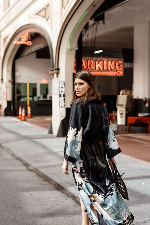 Áo choàng lụa được thể hiện trên nhiều tông màu và hoạ tiết giúp phái đẹp thoả sức mix-match trang phục street style.