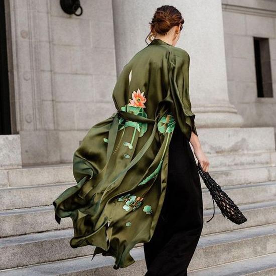 Áo choàng dài lấy cảm hứng từ những mẫu áo ngủ được trang trí hoạ tiết bắt mắt. Trang phục này thường được kết hợp cùng váy maxi, đầm liền thân.