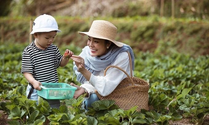 Dương Cẩm Lynh đưa con trai cùng đi quay phim Tiệm ăn dì ghẻ ở Đà Lạt.