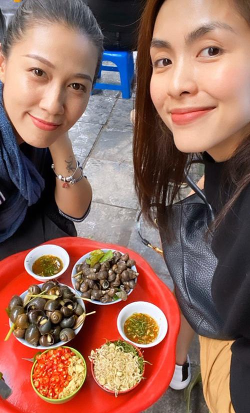 Tăng Thanh Hà đi ăn ốc cùng bạn thân Thùy Trang (bà xã ca sĩ Phạm Anh Khoa).