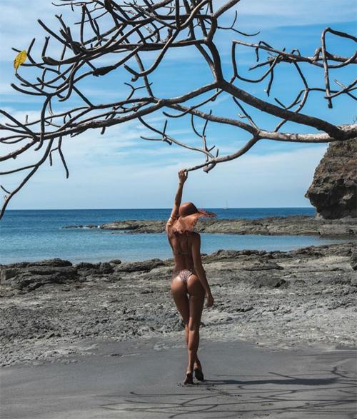 Người đẹp Nga chia sẻ những khoảnh khắc ấn tượng trong chuyến du lịch tới một vùng biển hoang sơ. Bà mẹ một con khiến các fan xuýt xoa với thân hình săn chắc, vòng ba gợi cảm.