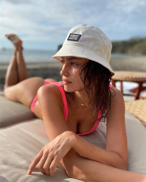 Irina Shayk thư giãn tại một resort bên bãi biển ở Trung Mỹ.