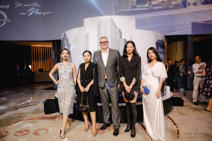 Ông Eddy- Tổng giám đốc Khách sạn New World Sài Gòn cùng Khánh Linh The Face, fashionista Hà Trúc, Thanh Trúc Trương (từ trái qua).