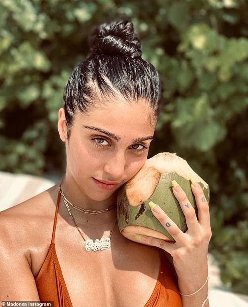 Lourdes Leon qua ảnh chụp của Madonna. Nữ hoàng nhạc pop rất tự hào về cô con gái xinh đẹp và cá tính.