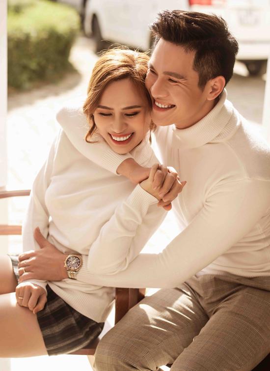 Minh Anh rạng ngời hạnh phúc khi tay trong tay với bà xã ở Đà Lạt.