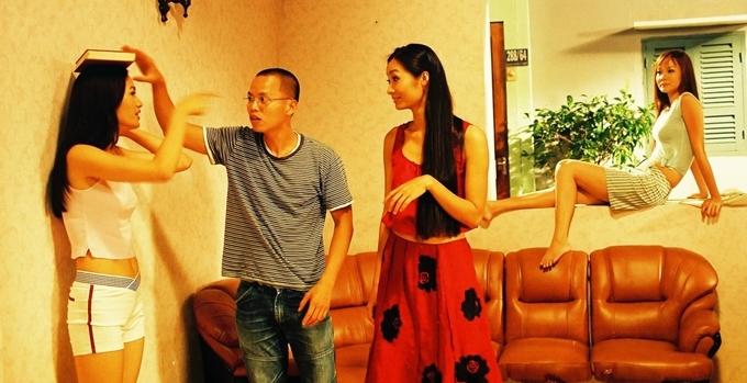 Ngoài đời là một người mẫu chuyên nghiệp nhưng trong phim, Anh Thư phải thể hiện sự lóng ngóng của nhân vật từ những ngày đầu tập dáng catwalk bằng cách đi thăng bằng khiđặt cuốn sách trên đầu. Đạo diễn Vũ Ngọc Đãng hướng dẫn cho cô.