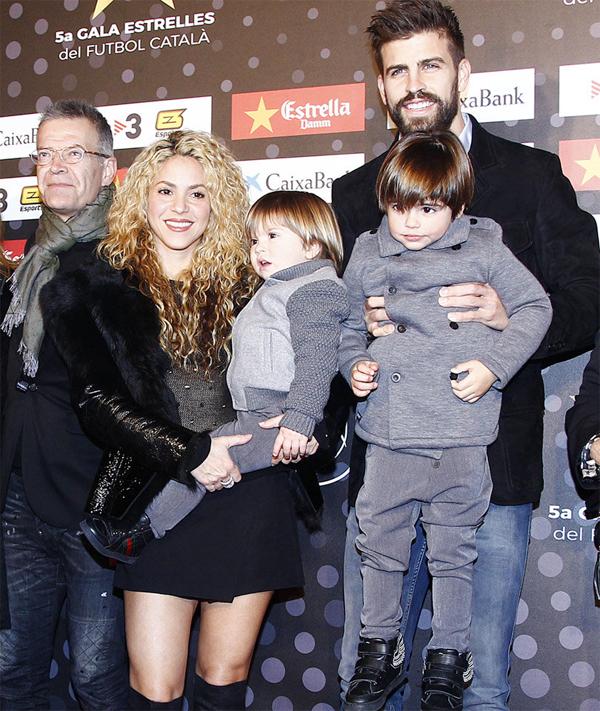 Pique và Shakira bên hai con trai. Ảnh: EOnline.