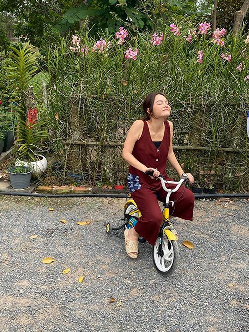 Phạm Quỳnh Anh đi dép tổ ong lái siêu xe.