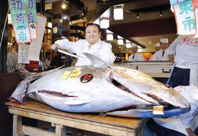 Ông Kimura xẻ thịt con cá ngừ sau khi mua nó với giá 1,8 triệu USD tại phiên chợ hôm 5/1. Ảnh: Kyodo.