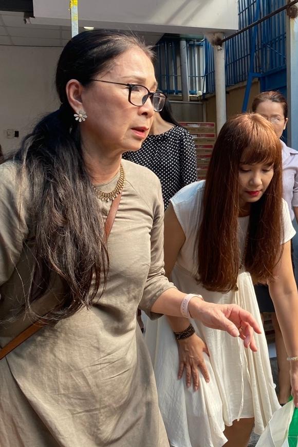 NSND Kim Xuân (trái) cùng Việt Trinh và các đồng nghiệp xếp quà cho nghệ sĩ nghèo. Mỗi phần quà gồm một số loại thực phẩm và 5 triệu đồng tiền mặt.