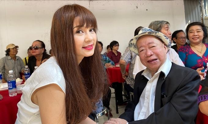 Người đẹp Tây Đô Việt Trinh hỏi thăm sức khỏe, trò chuyện với các nghệ sĩ lớn tuổi tại . Trong hoạt động lần này, cô quyên góp 20 triệu đồng để mua quà cho các nghệ sĩ có hoàn cảnh khó khăn.