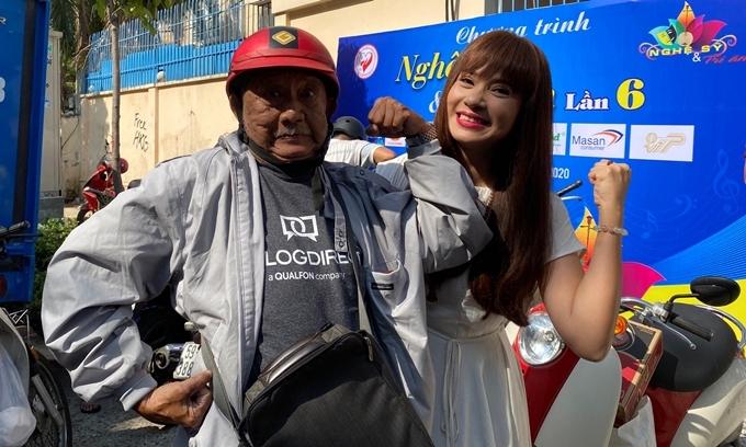 Việt Trinh nhí nhảnh chụp hình cùng nghệ sĩ Mạc Can. Sức khỏe không tốt nhưng nam nghệ sĩ 75 tuổi luôn lạc quan trong cuộc sống. Năm ngoái, ông từngngất xỉu ngoài đường hồi tháng 9.
