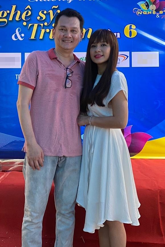 NSƯT Hữu Châu mặc giản dị, hội ngộ Việt Trinh trong hoạt động từ thiện.