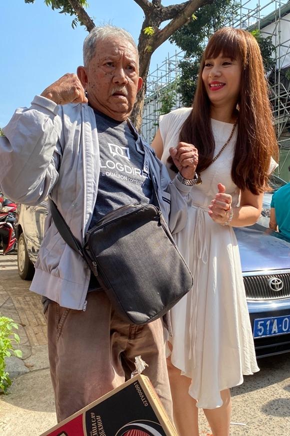 Tiễn nghệ sĩ Mạc Can ra ngoài đường, Việt Trinh còn ân cần đỡ ông lên xe và đợi ông đi hẳn mới trở lại vào bên trong.