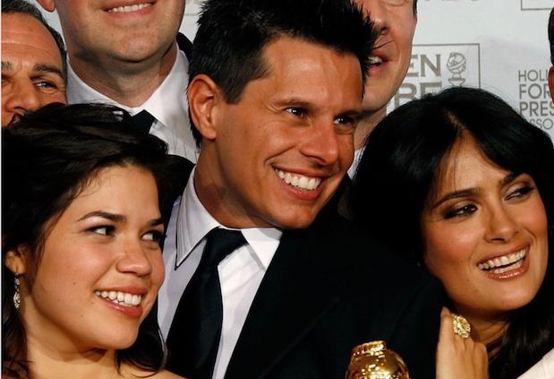 Silvio Horta bên diễn viên chính America Ferrera của phim Ugly Betty và Salma Hayek (giám đốc sản xuất của phim).