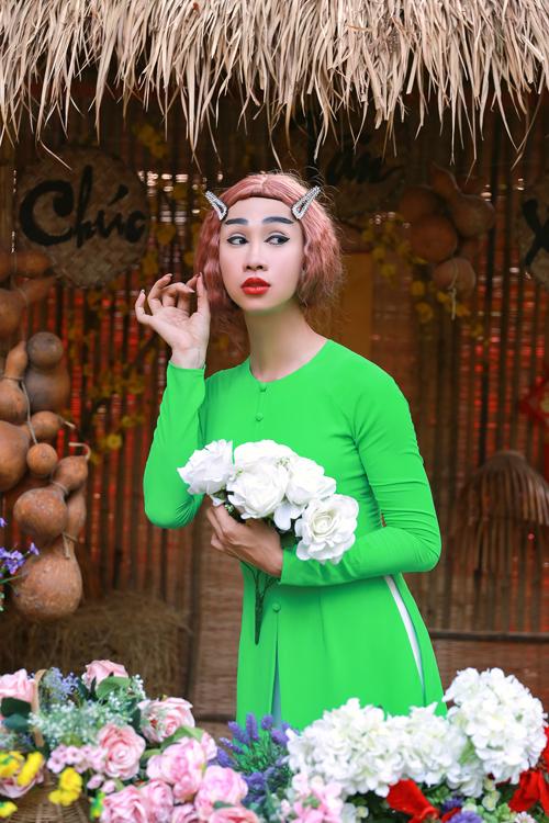 Hải Triều chơi chội với cách tạo hình và áo bà ba xanh bắt mắt khi tham gia các cảnh quay trong chợ Tết.