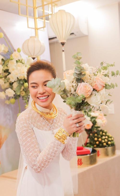 Sáng 17/10/2019, lễ ăn hỏi của ca sĩ Giang Hồng Ngọc và chú rể Xuân Văn được tổ chức ở nhà riêng TP HCM. Cô dâu đã đeo nhiều trang sức có giá trị gồm: 3 kiềng vàng, 1 vòng cổ ngọc trai, 1 nhẫn kim cương, 5 lắc tay vàng.