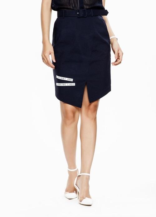 Chân váy bút chì xẻ vạt nằm trong bộ sưu tập hè của Mimi với tên French Elegance, lấy cảm hứng từ phong cách tối giản thập niên 1990. Điểm nhấn của sản phẩm là thiết kế xẻ vạt xéo trẻ trung cùng đường may cắt cúp ôm gọn cơ thể. Đi kèm là thắt lưng vải cứng (một mặt vải, một mặt da) có thể tháo rời. Chất liệu vải kaki mỏng co giãn, mềm mại. Sản phẩm lọt top bán chạy trên Shop VnExpress, giá 1,399 triệu đồng.