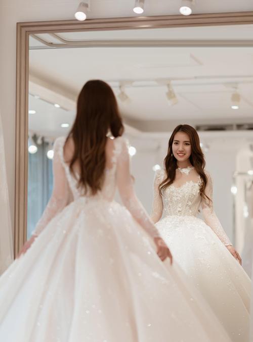 Thời gian hoàn thiện chiếc váy là 6 tháng. Kelly đã phải di chuyển từ Bình Dương ra Hà Nội để cùng nhà thiết kế bàn bạc ý tưởng, lấy số đo và ướm thử váy.