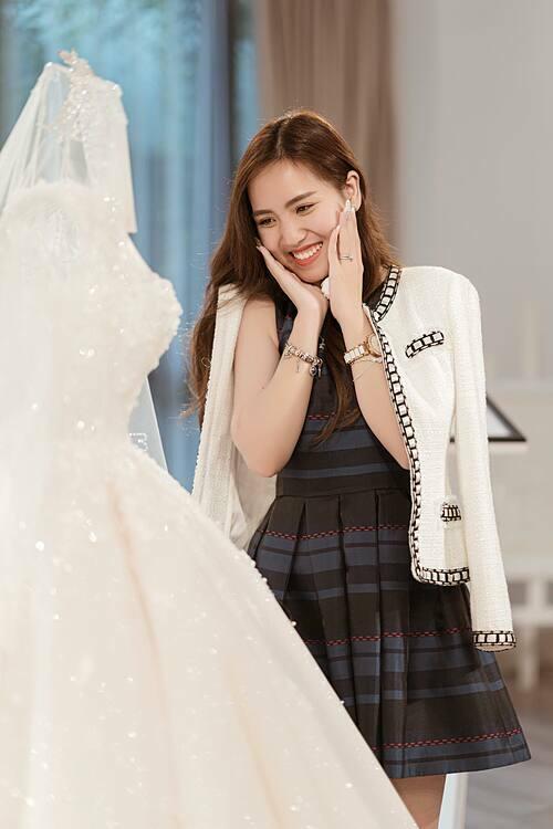 Một ngày sau hôn lễ, cô dâu Kelly Trang vẫnthấy như đang ở trên mây cùng cảm xúc hạnh phúctràn ngập. Bởi chuyện tình thời thanh xuân của cô đã được ghi dấu bằng một đám cưới thật đẹp. Kelly khoác lên mình bộ váy cưới lấy cảm hứng từ những đóa hồng leoAstra Desmondtrắng muốtcũng là món quà đặc biệt mà vị hôn phu dành tặng cho cô.