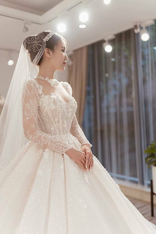 Chất liệu của váy là ren Pháp và vảidệt sequin để tăng độ bắt sáng tối đa cho trang phục.