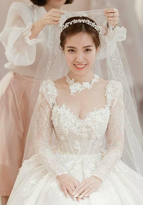 Cổ áo được tạo kiểu như một chiếc vòng to bảntheo xu hướng jewel neckline (cổ áo trang sức)luôn được các cô dâu yêu thích. Ưu điểm của kiểu cổ áo này là cô dâu không cần sử dụng nhiều trang sức vẫn thật nổi bật sang trọng.