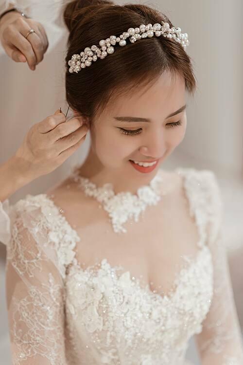 Phần cúp ngực trái tim có độ xẻ vừa đủ để tôn vòng một và không làm mất đi nét thanh lịch vốn có của cô dâu.